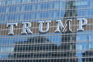 800px-20140627_Trump_International_Hotel_and_Tower_(Chicago)_sign_2