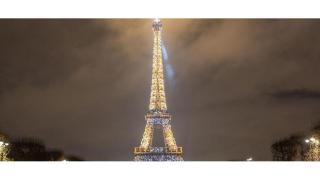 Tour_eiffel_illuminee_depuis_champs_de_mars2ce.livinec_-_sete_tour_eiffel_-_illuminations_-_pierre_bideau_sans_date_980x550_11