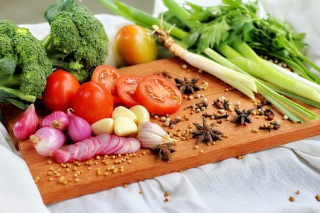Vegetables on a Chopping Board Brocoli Tomatoes Celery Onions food-3270461__340