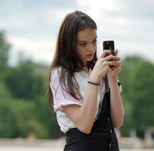 Girl-Testing on Cell Phone 5425872_1920