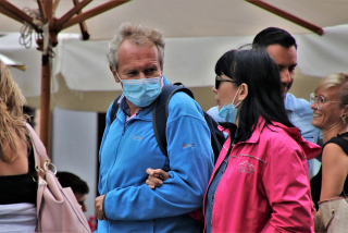 Couple-One Wearing Mask One Not Outside 5531412_1280