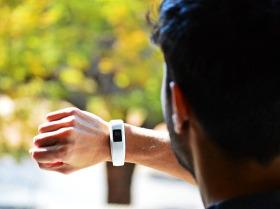 Fitbit tracker on Man's Wrist -3735862_640