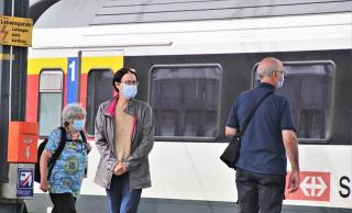 Railway-station-Wearing Masks 5528198_640